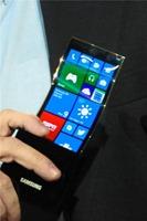 三星联合微软展示弯曲屏幕 Youm,以及 Windows Phone 8 原型设备